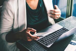 Mujer en el computador - Imagen de referencia