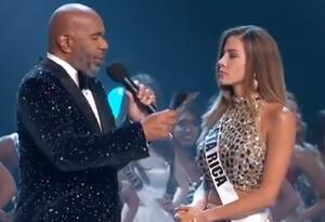 Steve Harvey y Miss Costa Rica, Natalia Carvajal, en Miss Universo