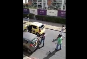 Taxista ataca carro
