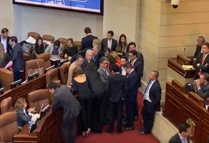 Congresistas rodean al ministro de Hacienda, Alberto Carraquilla