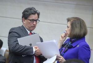 El ministro de Hacienda, Alberto Carrasquilla (izq.), en el Congreso.