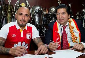 Omar Pérez junto al presidente de Santa Fe, Juan Andrés Carreño, en la firma del nuevo contrato del volante argentino.