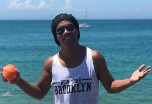 Ronaldinho disfrutando de la playa