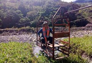 En esta canasta los niños, mujeres embarazadas y adultos mayores entre otros habitantes de Pajarito (Boyacá), pasan a diario.