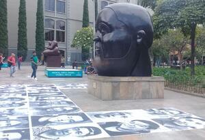 Los retratos gigantes de cien venezolanos fueron pegados en la Plaza Botero de Medellín.