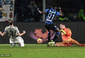 Duván Zapata ante la Juventus