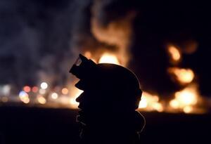 Soldado mexicano en medio de la escena de un incendio masivo desencadenado por un oleoducto con fugas en Tlahuelilpan, estado de Hidalgo.