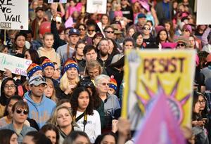 Varios centenares de personas se congregaron en torno a la Casa Blanca.
