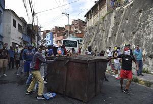 Veintisiete militares detenidos por alzamiento contra Maduro