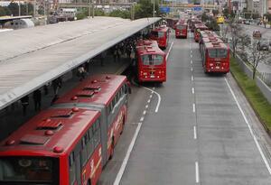 TRANSMILENIO PORTALES PASAJEROS CONTAMINACION BUSES