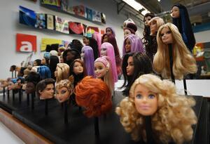 1970: Es creada la primera Barbie completamente articulada.