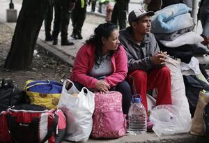 Migrantes venezolanos desalojados de campamento en Bogotá