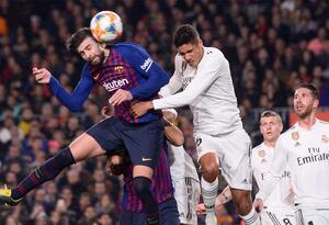 Gerard Piqué ante la presión de Raphael Varane durante la semifinal de Copa del Rey entre Barcelona y Real Madrid