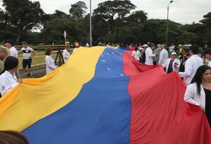 Protesta de médicos venezolanos en Puente de Tienditas