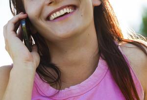 Una mujer durante una llamada telefónica
