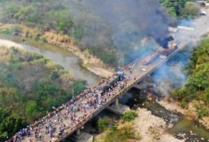 Camiones con ayuda en la zona de frontera con Venezuela