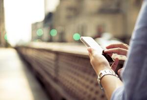 Una persona revisa las redes sociales en su celular