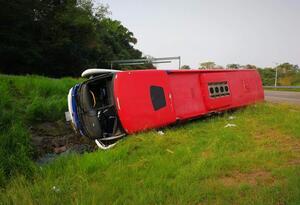 Bus de Expreso Brasilia se volcó en Puerto Boyacá