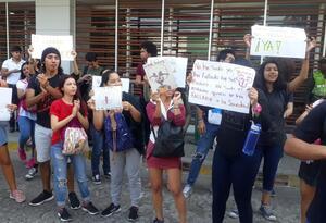 Estudiantes protestan por salida del Rector