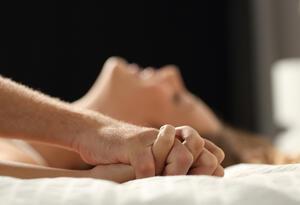 Una pareja tiene relaciones sexuales