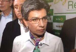 Claudia López en medio de rueda de prensa