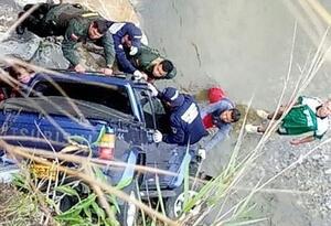 El vehículo rodó por un abismo de 50 metros.