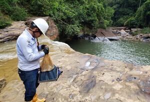 Operario de Ecopetrol tomando muestras de agua en Pozo Azul