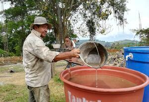 Los habitantes se abastecen de agua con carrotanques.