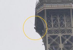 Cierra Torre Eiffel por hombre escalando