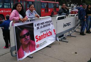Ciudadanos esperan la salida de Jesús Santrich de la cárcel La Picota