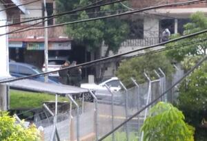 Al fondo, se ve el carro en el que abandonaron el cuerpo en Bello.