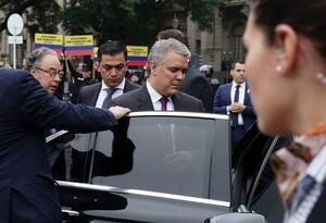 Manifestantes contra el asbesto sorprendieron al presidente Iván Duque en Argentina.
