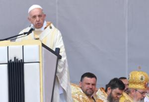 Papa pide perdón a los gitanos en Rumania
