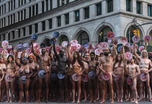 La protesta ante Facebook por políticas contra la desnudez la organizó el artista Spencer Tunick.