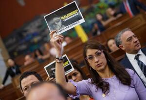 Protesta contra Jesús Santrich en la plenaria de la Cámara.