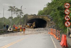 La Vía al Llano permanece afectada en los kilómetros 57 y 58 + 500.