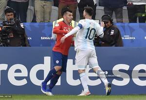 Gary Medel y Leo Messi, enfrentados en la Copa América Brasil 2019