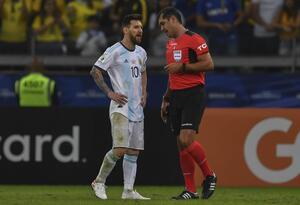 Messi y el árbitro Roddy Zambrano (Copa América Brasil 2019)