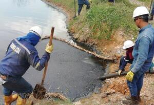 Las trazas de crudo podrían llegar al río Magdalena, advirtieron campesinos.