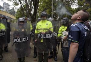 Policía en medio de manifestación en favor den la dosis mínima de droga.