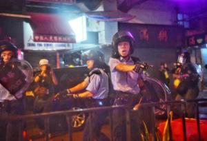 Oficiales en Hong Kong disparan a manifestantes