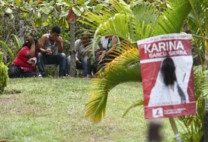 Familiares y amigos lloran el asesinato de la candidata Karina García.