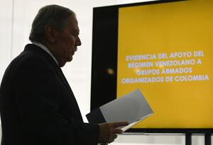 Ministro de Defensa, Guillermo Botero, presentado las pruebas contenidas en el 'dossier'.