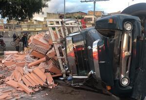 Volcamiento de camión en la Carrera 30 con calle 2 en Bogotá