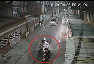 A mujer le roban la moto en Bogotá