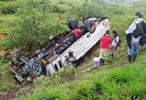 Bus accidentado en la vía Florencia - La Montañita
