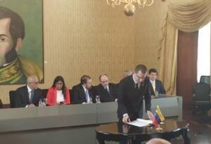 """Gobierno de Maduro firma acuerdo con oposición """"moderada"""""""