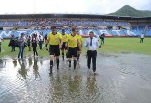 Cancha de estadio en Santa Marta se inundó.