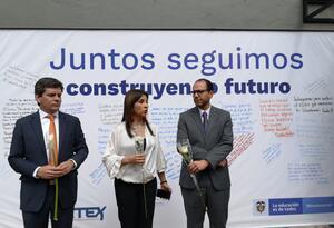 Ministra de Educación, María Victoria Angulo (centro), en sede del Icetex.