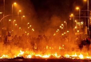 Manifestantes incineran inmuebles y ponen barricadas
